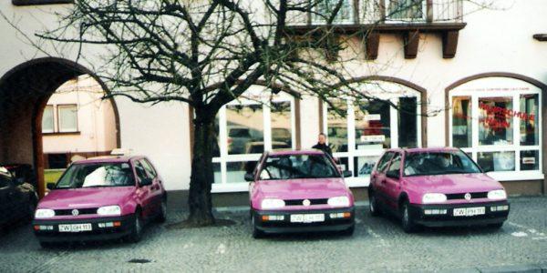 Die pinkfarbene Fahrschulflotte 1995